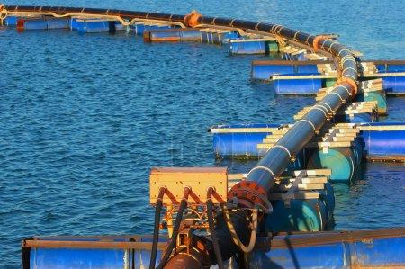 Photo pour Pipeline sur le ponton pour le transport de sable de sable sous l'eau, mine - image libre de droit