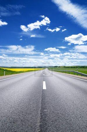 Photo pour Scène classique d'une autoroute en zone rurale - image libre de droit