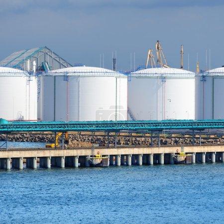 Photo pour Grands réservoirs d'huile dans le port de Ventspils - image libre de droit