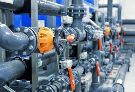 Photo pour Nouveaux tuyaux en plastique et équipements colorés dans la chaufferie industrielle - image libre de droit