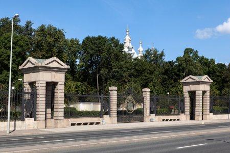 Photo pour Au lieu de l'ancienne clôture en brique, conçue par les architectes VV Popov et G. Shindin sur un socle de pierre installé un nouveau jardin de clôture métallique hautement artistique Smolny longueur totale de 404 m . - image libre de droit