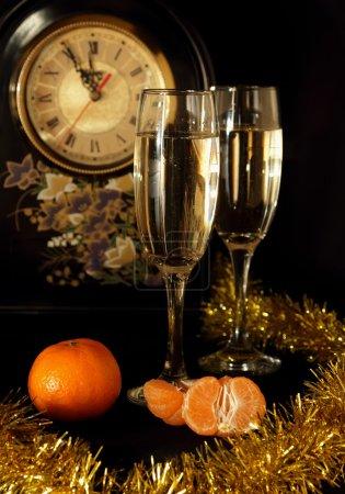 Photo pour Lunettes de champagne, mandarines et montres - image libre de droit