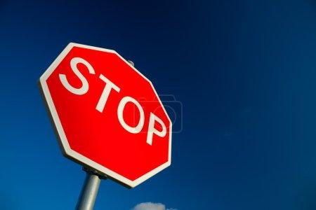 Photo pour Stop signe contre ciel bleu profond . - image libre de droit