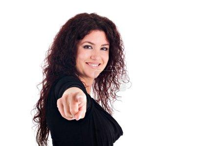 Photo pour Portrait de la belle femme brunette, souriante, pointant à vous. - image libre de droit