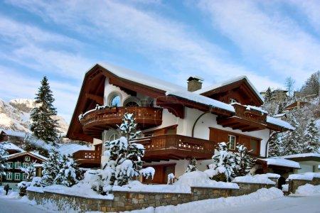 Photo pour Maison d'hiver. parfait endroit pour Noël, célébrer la nouvelle année ou les vacances d'hiver. - image libre de droit