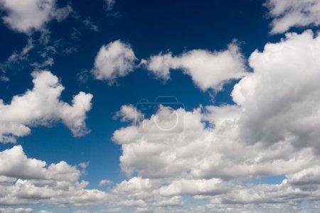 Foto de Grandes nubes blancas en el cielo azul. - Imagen libre de derechos