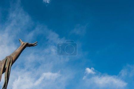 Photo pour La main de saint François d'Assise dans la Réserve Naturelle du Sacro Monte di Orta Italie - image libre de droit