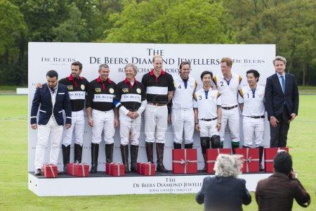Photo pour Berkshire, Royaume-Uni - 11 mai 2014 : SAR le prince william et son Altesse royale prince harry participé à la de beers diamant bijoutiers charité royal polo coupe au club de polo de billingbear - image libre de droit