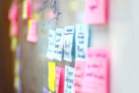 Photo pour Différentes notes colorées sur un bureau - image libre de droit