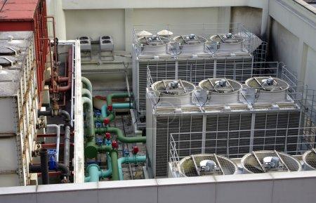 Photo pour Système de l'air et le tuyau sur le toit du bâtiment - image libre de droit