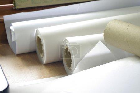 Photo pour Rouleau de papier de traceur architecte et ingénieur - image libre de droit