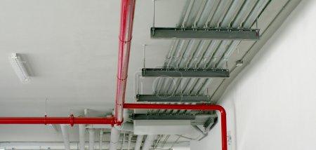Photo pour Tuyauterie de système en rouge et autre tuyaux métalliques - image libre de droit