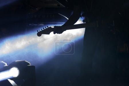Photo pour Divertissement éclairage de concert et guitariste sur fond - image libre de droit