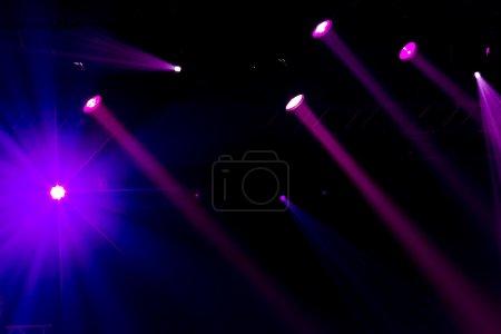 Photo pour Éclairage de concert défocalisé entertainment sur scène, bokeh. - image libre de droit