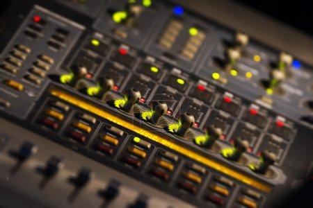 Photo pour Une console de mixage, ou mixeur audio, avec effet basculement - image libre de droit