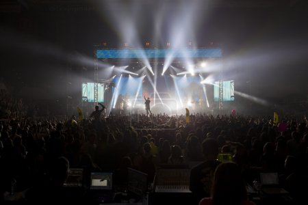 Photo pour THESSALONIKI, GRÈCE, 8 MAI 2014 : Le chanteur Sakis Rouvas en concert sur scène pour la tournée Ace of Heart à l'aréna Sports de Thessalonique . - image libre de droit