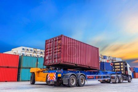 Photo pour Boîte de conteneurs de manutention de chariot élévateur au travail - image libre de droit