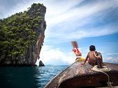 Chlapec na longtail lodí, ko phi phi, Thajsko