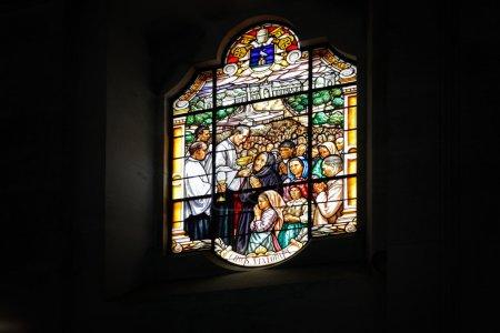 Photo pour Un des vitraux de la basilique de Fatima représentant la communion dans les célébrations - image libre de droit