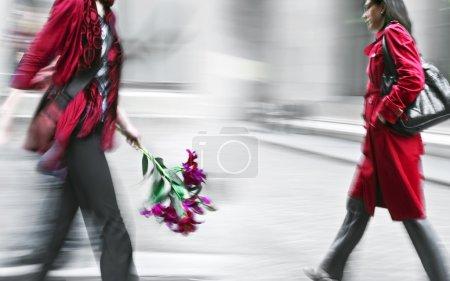 Photo pour Fleurs livraison à la main, volontairement flou de mouvement. - image libre de droit