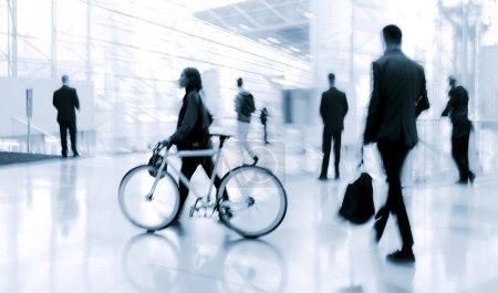 Photo pour Hall d'entrée à l'heure de pointe est présentée de la manière de flou et une tonalité bleue - image libre de droit