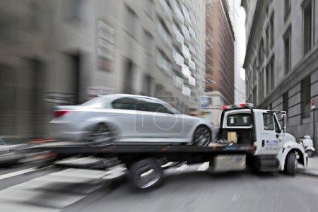 Photo pour Dépanneuse de police department fournit le véhicule endommagé - image libre de droit