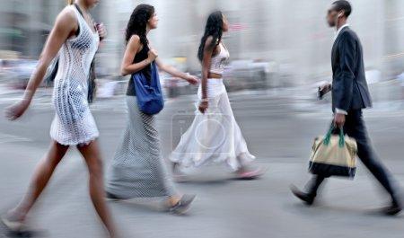Photo pour Gens, faire du shopping dans la ville en mouvement flou - image libre de droit