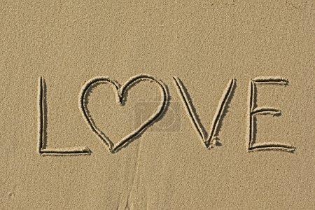 Photo pour Images d'amour signent dans le gros plan côte de plage de sable - image libre de droit