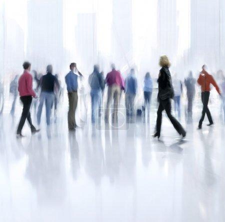 Photo pour L'image abstact de personnes dans le hall d'un centre d'affaires moderne avec un fond flou - image libre de droit