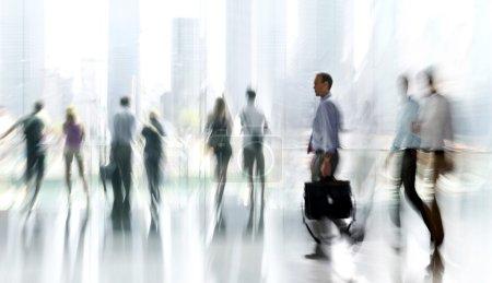 Photo pour Abstakt image de personnes dans le hall d'un centre d'affaires moderne avec un arrière-plan flou - image libre de droit