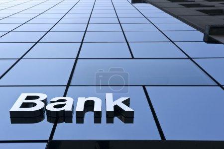 Photo pour Signe de la Banque sur le bâtiment moderne de près - image libre de droit