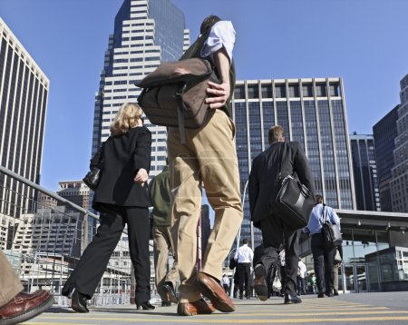 Photo pour Gens d'affaires aux heures de pointe, marchant dans la rue - image libre de droit