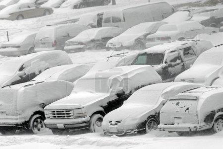 Photo pour Véhicules couverts de neige dans le blizzard d'hiver dans le stationnement - image libre de droit