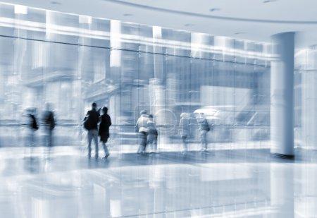 Photo pour Abstakt image de personnes dans le hall d'un centre d'affaires moderne avec un arrière-plan flou et la tonalité bleue - image libre de droit
