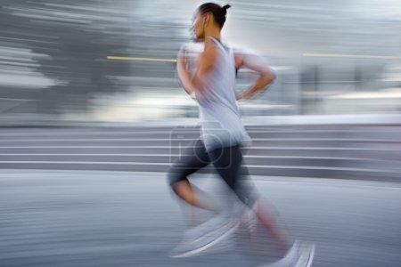 Photo pour Flou de gens qui courent dans la rue en mouvement intentionnel - image libre de droit