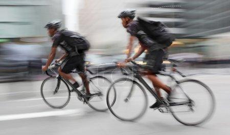 Photo pour Cycliste dans le trafic sur la motion de chaussée ville flou - image libre de droit