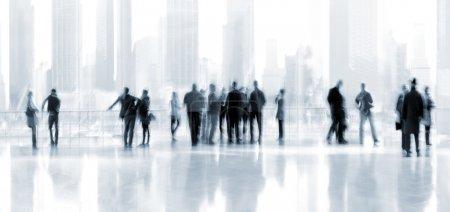 Photo pour Abstrakt image de personnes dans le hall d'un centre d'affaires moderne avec un arrière-plan flou et la tonalité bleue - image libre de droit