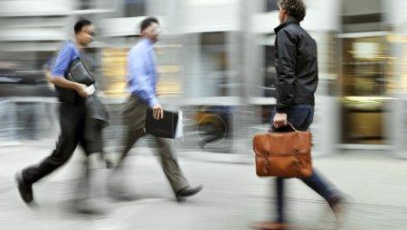 Photo pour Abstrakt image des gens d'affaires dans le style street et modern avec un arrière-plan flou - image libre de droit