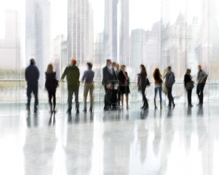 Photo pour Abstrakt image de personnes dans le hall d'un centre d'affaires moderne avec un arrière-plan flou - image libre de droit