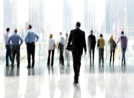 Photo pour Image abstraite de personnes dans le hall d'un centre d'affaires moderne avec un arrière-plan flou - image libre de droit