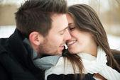 Fiatal pár, hogy szerető, télen