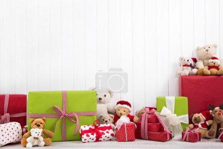 Foto de Regalos de Navidad rojo y verde con ositos sobre fondo blanco - Imagen libre de derechos