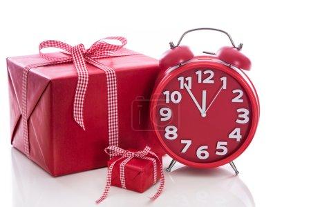Photo pour Noël : grande boîte cadeau rouge avec réveil rouge - achats de Noël de dernière minute - image libre de droit