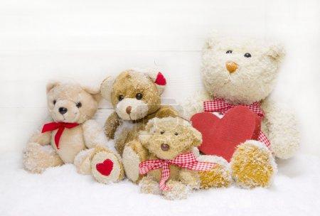 Foto de Escuchado cuatro osito de peluche para la decoración de Navidad con una roja y una roja comprobado cinta - Imagen libre de derechos