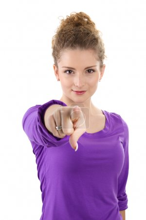 Photo pour Jeune femme en violet pointant vers vous isolé - image libre de droit