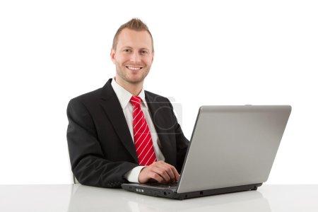 Photo pour Homme d'affaires jeune en costume avec ordinateur portable isolé sur blanc - image libre de droit