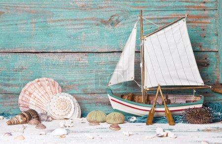 Photo pour Voilier ou bateau de pêche en bois comme décoration nautique sur fond en bois - image libre de droit