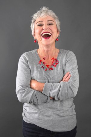 Photo pour Dame âgée souriante en gris - image libre de droit