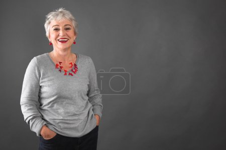 Photo pour Jolie en gris - femme dans la fleur de l'âge - image libre de droit