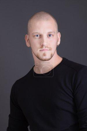 Photo pour Homme chauve séduisant sur fond gris - image libre de droit